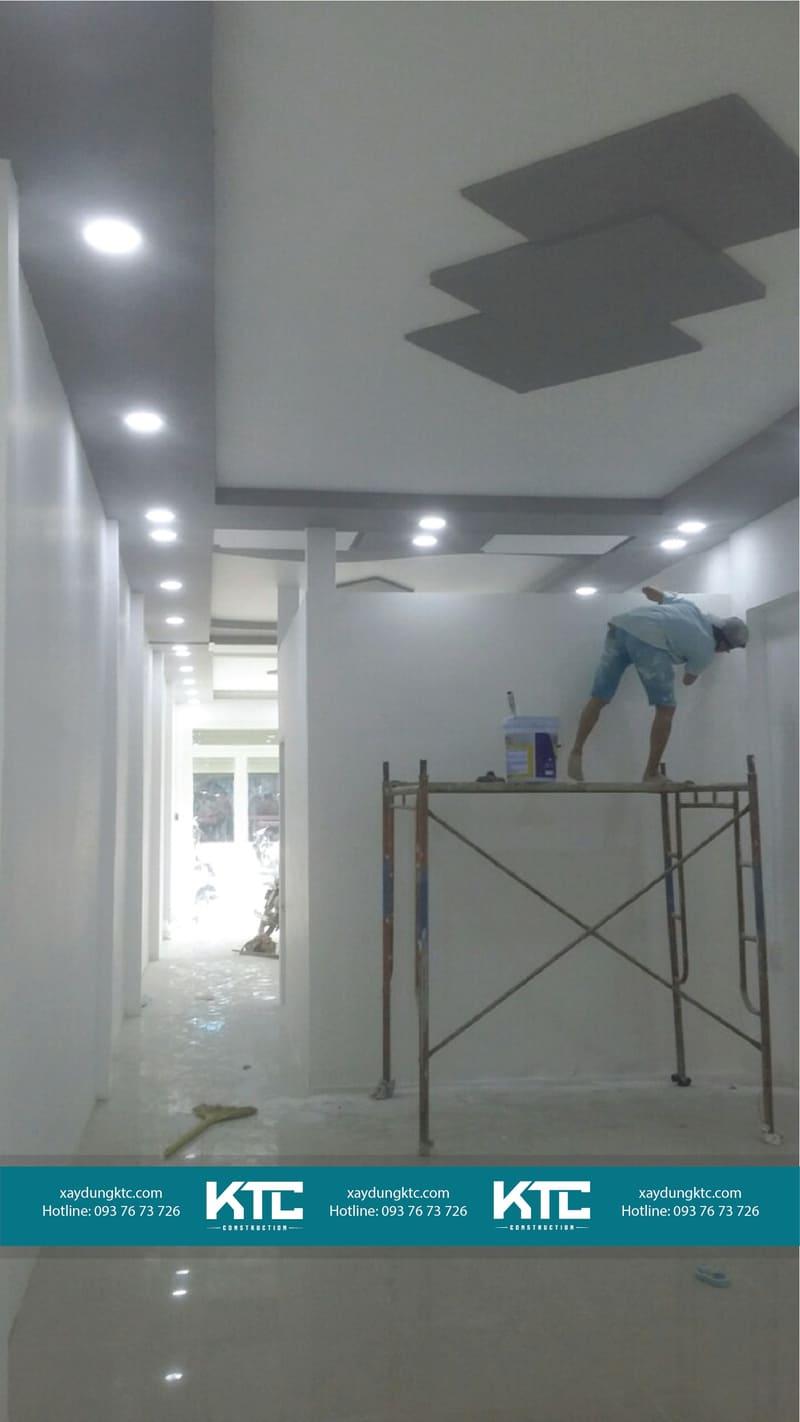 Ngôi nhà đang trong quá trình cải tạo, sơn nước