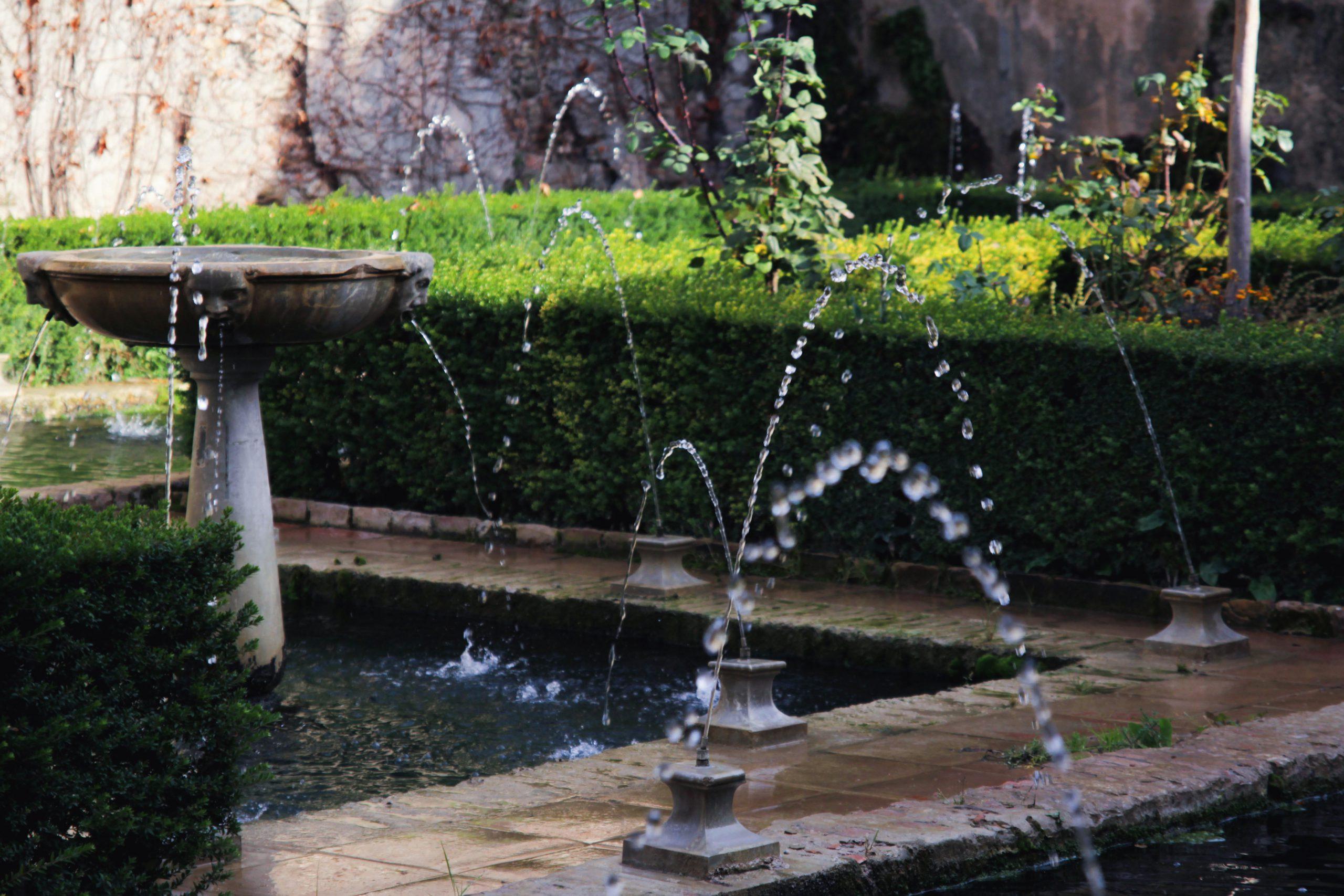 Trong khoa học phong thủy nhà ở, dòng nước chảy tượng trưng cho sự luân lưu của tiền bạc.