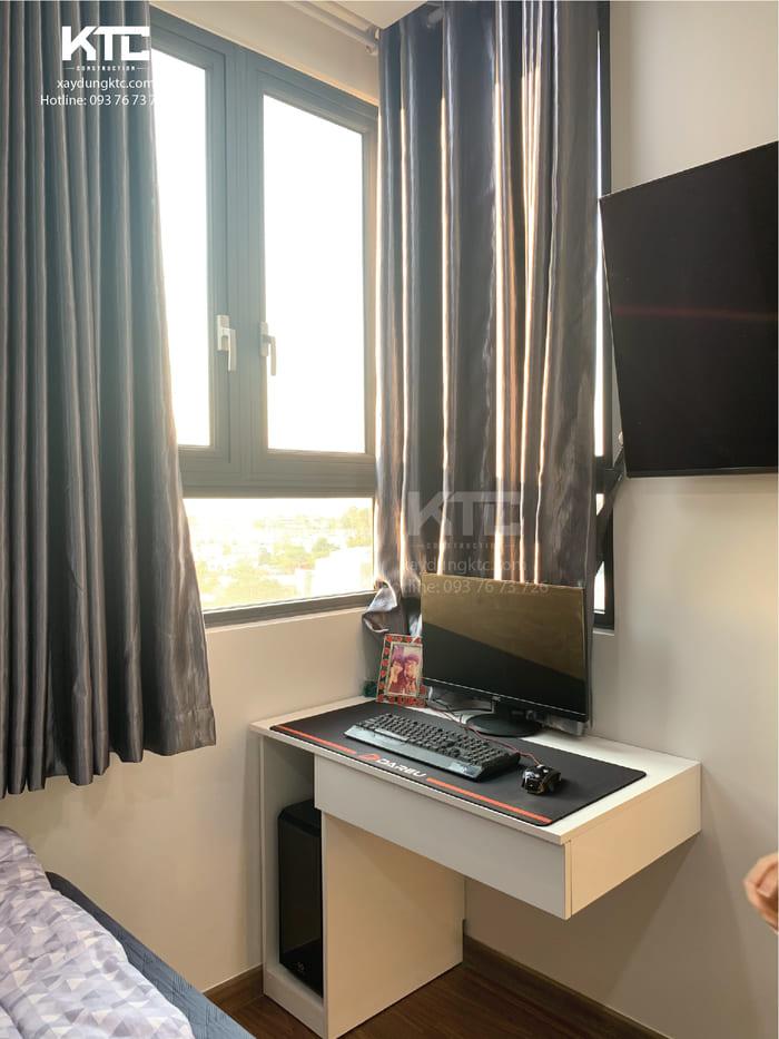 một góc phòng ngủ tận dụng để làm bàn làm việc
