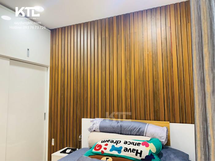 Bức tường đầu giường ốp những thanh gỗ ấm cúng