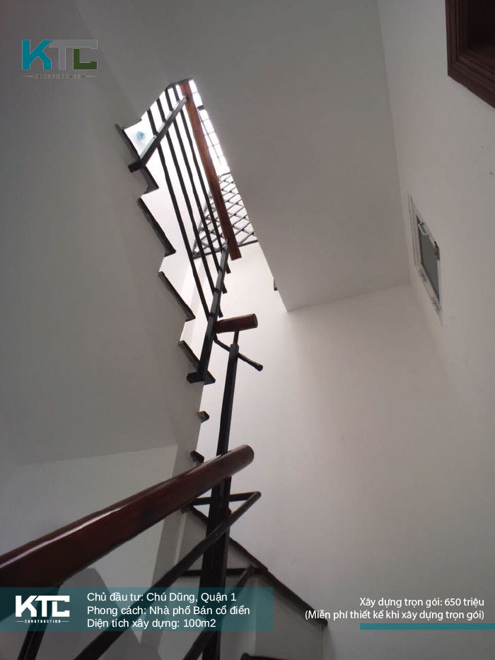 Cầu thang lên tầng nhìn từ bên dưới lên
