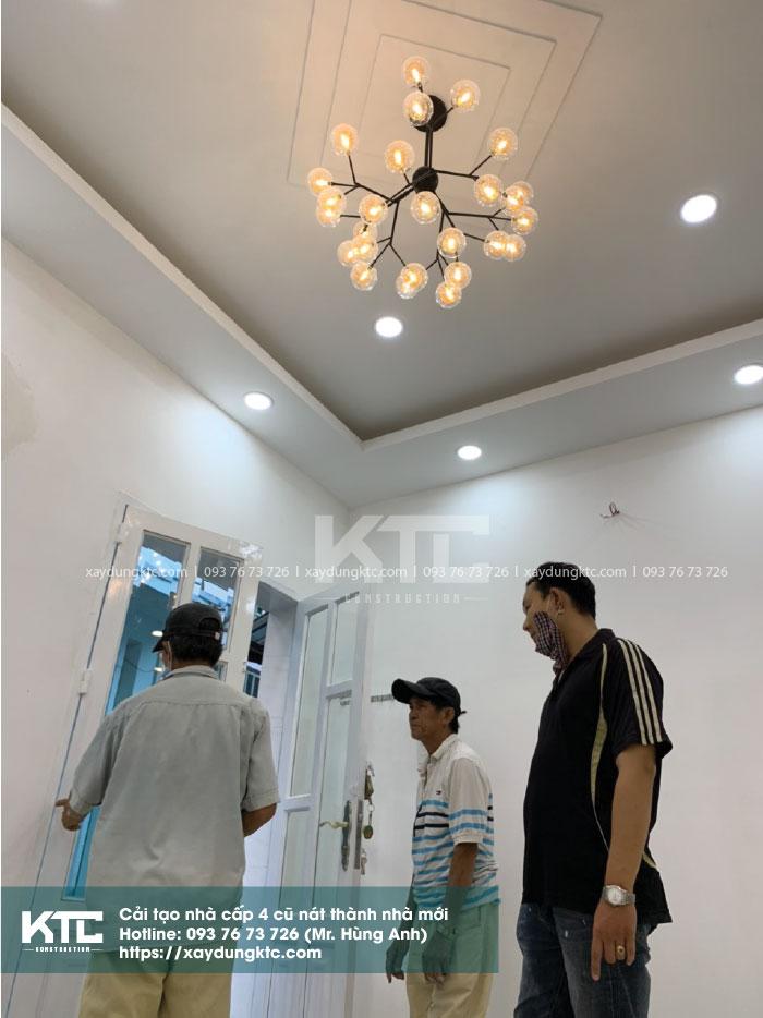 Kỹ sư đang kiểm tra giám sát công việc cải tạo sửa chữa nhà