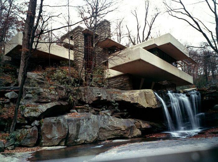 Móng của Falling Water được đặt trên dòng thác Bear Run