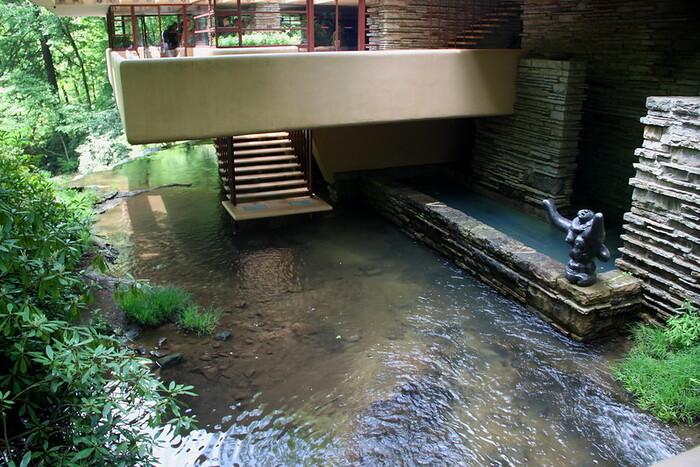 Bậc thang ấn tượng dẫn xuống thác nước