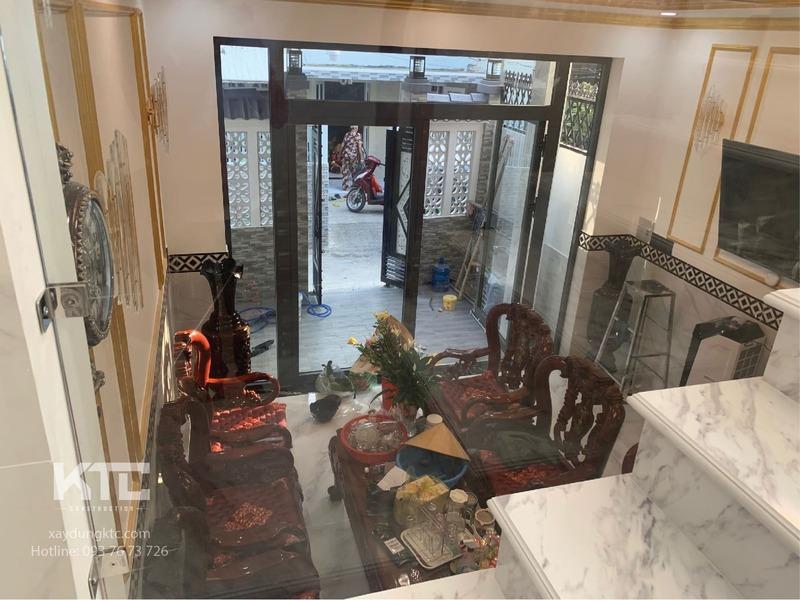 phòng khách nhìn từ trên cầu thang xuống