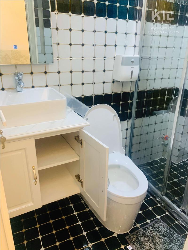 Toilet ở lầu 1 với tone trắng đen ấn tượng