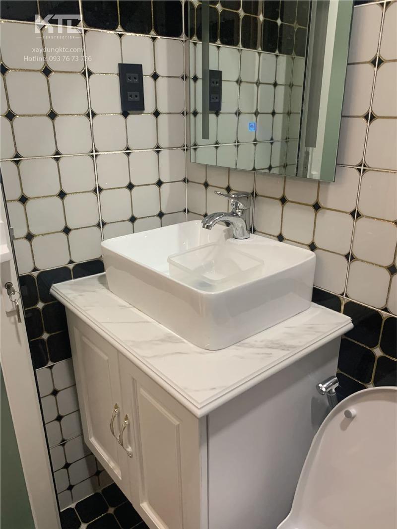 lavabo và gương toilet