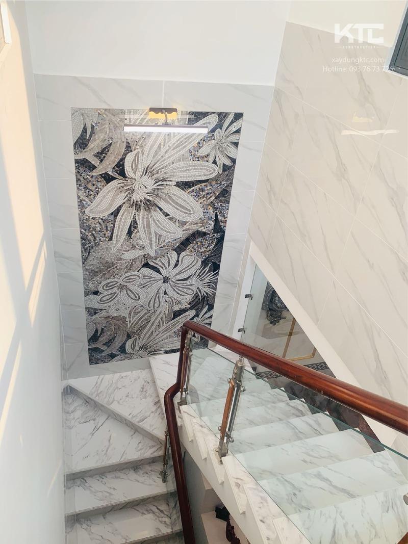 cầu thang trang nhã nhìn từ lầu 1