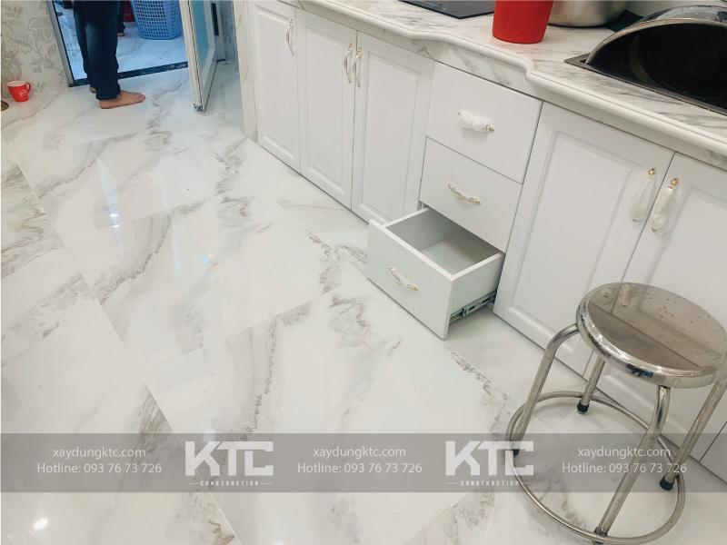 Phòng bếp với tủ bếp