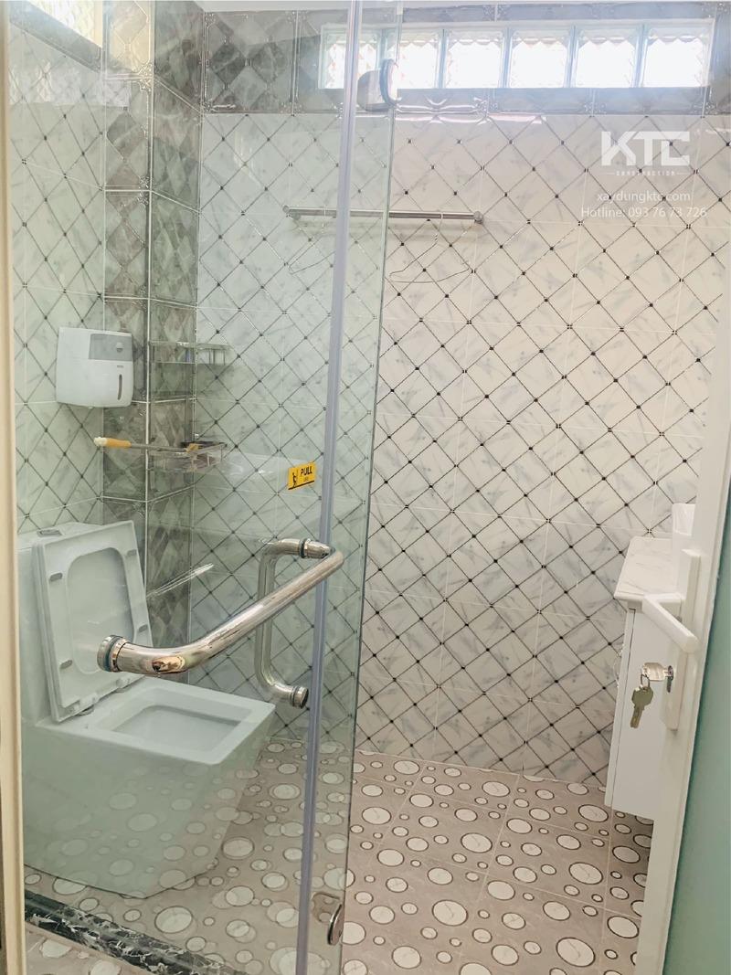 Toilet lầu 2 sang trọng và trang nhã với tone trắng