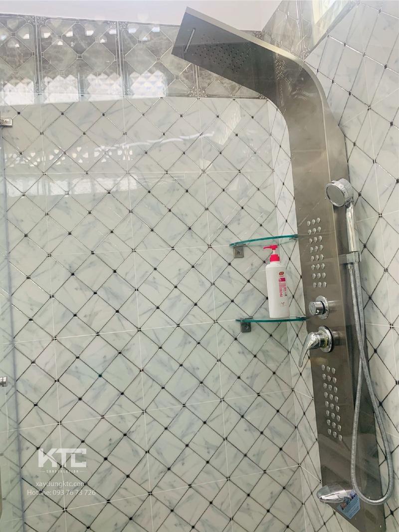 phòng tắm đứng ngăn cách bằng kính