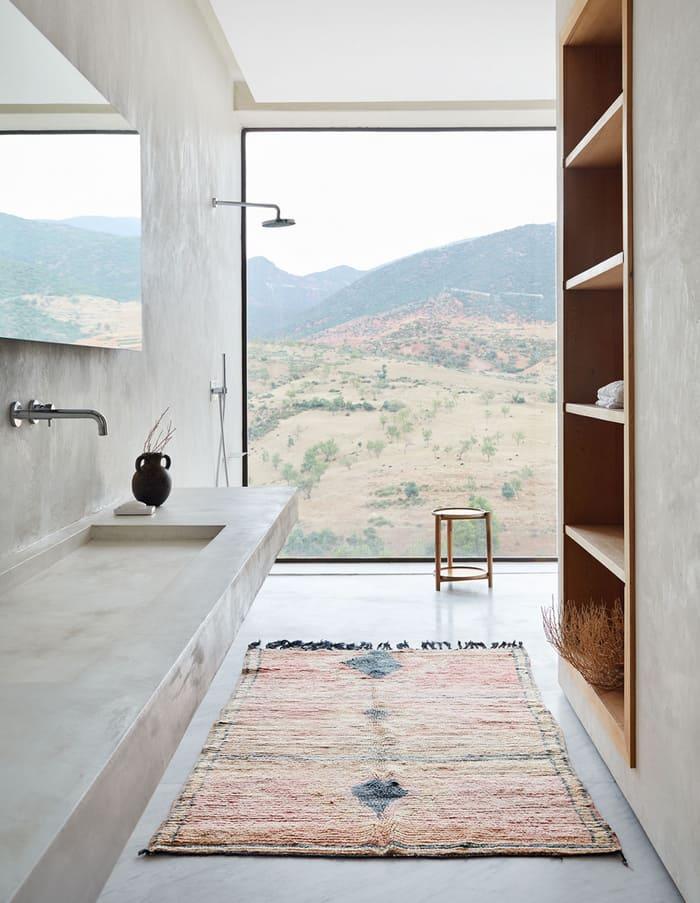Góc phòng tắm mang phong cách Địa Trung Hải với không gian rộng mở, gần gũi với thiên nhiên