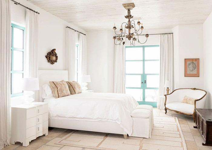 Thiết kế nhà theo phong cách Địa Trung Hải phòng ngủ thường sử dụng vật liệu sắt để trang trí như ở đèn chùm, giường ngủ