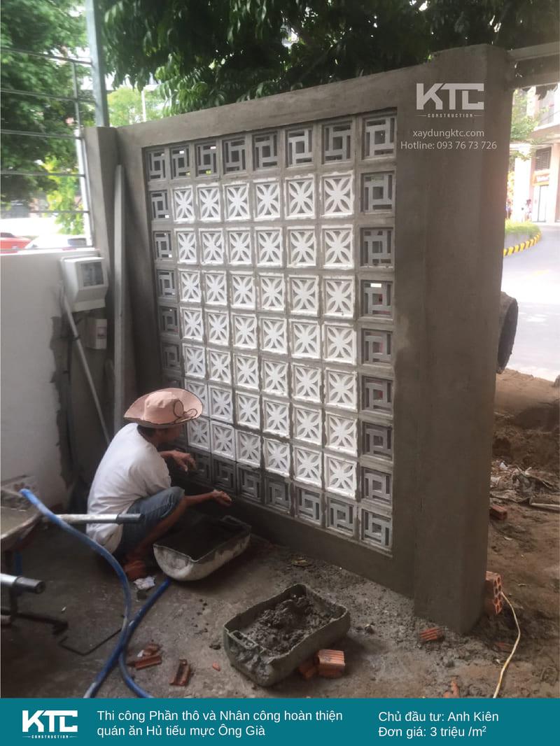 Thợ xây cần mẫn thi công tường gạch bông gió