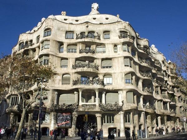 Art Nouveau là một phong cách kiến trúc, nghệ thuật ứng dụng phổ biến trước Thế chiến thứ I vào khoảng cuối thế kỷ XIX và đầu thế kỷ XX