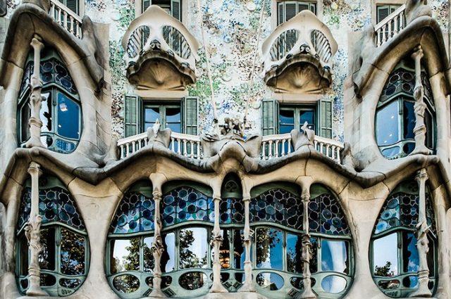Kiến trúc mang phong cách Art Nouveau mang cảm hứng từ thiên nhiên công hưởng với nét mềm mại từ hoa văn hoa lá, đem đến cho công trình cảm giác mờ ảo như đang lạc vào sứ sở cổ tích thần tiên.