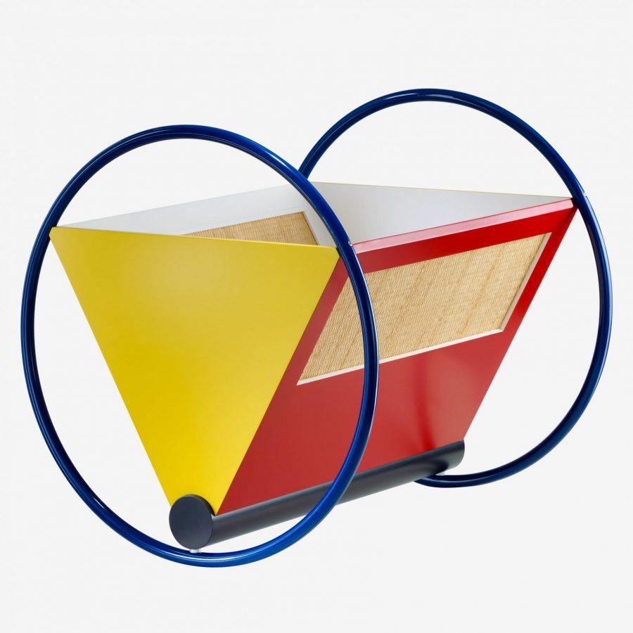Nôi là sự kết hợp phom dáng hình học như hình tam giác, hình chữ nhật, và các màu sắc cơ bản bậc 1 như đỏ, vàng, xanh dương - Đều là đặc trưng cho phong trào Bauhaus.